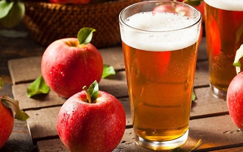 Bia có tác dụng giảm thâm đen trên thân táo sau khi gọt vỏ