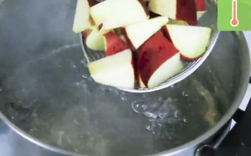 Chần táo với nước sôi trong khoảng 5 phút.