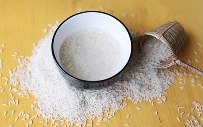 Dùng nước vo gạo và muối hạt