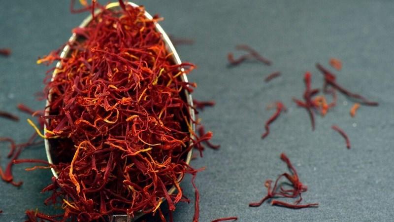 Phân biệt saffron thật giả qua mùi hương