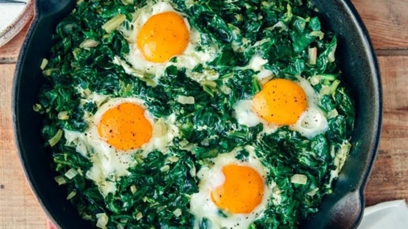 Trứng bác với rau bina