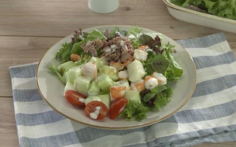 Trộn salad với dưa lê và tôm