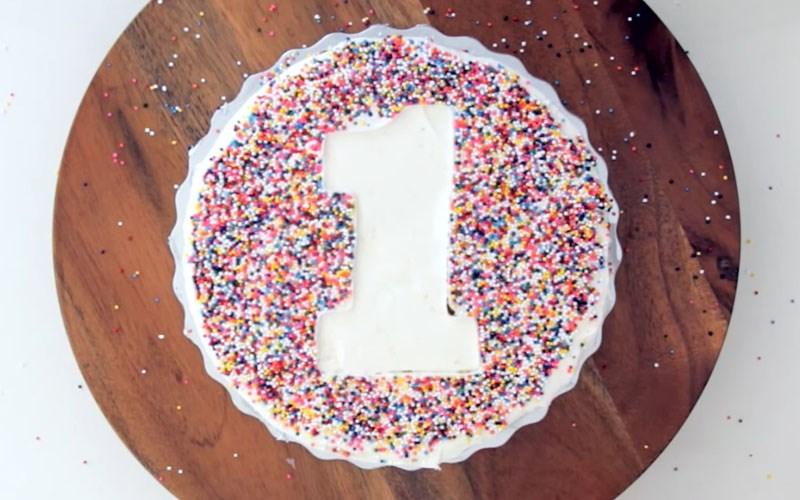 Tạo hình bánh kem bằng cốm màu