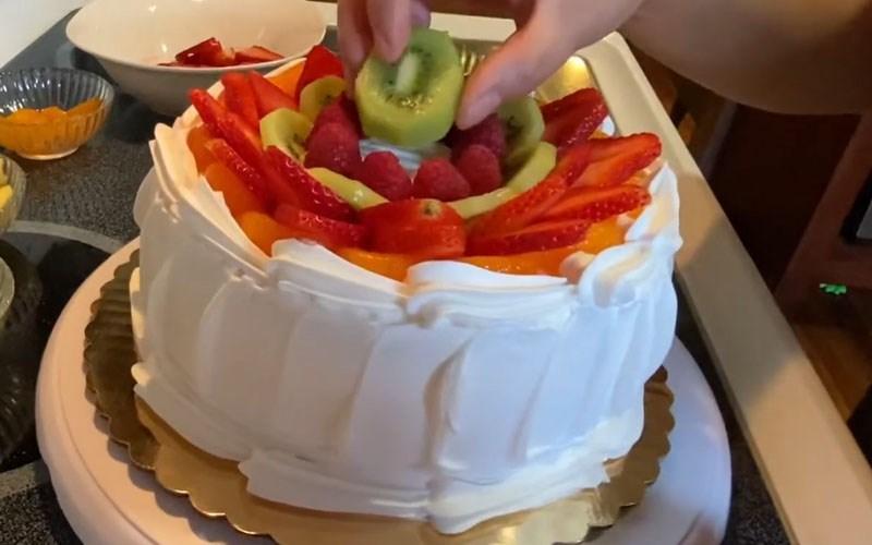 Trang trí bánh kem bằng trái cây