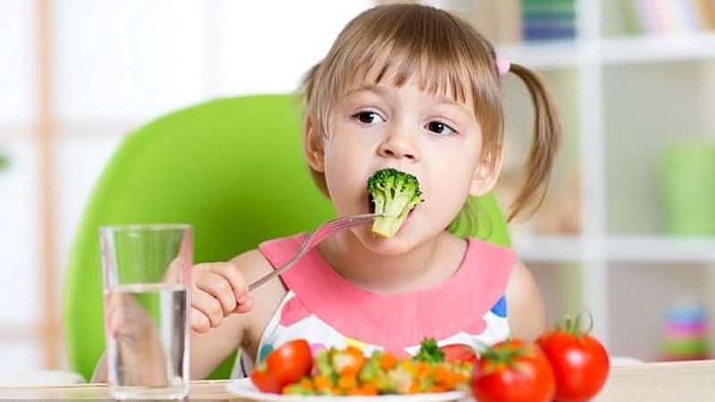 Cho trẻ ăn từng miếng nhỏ