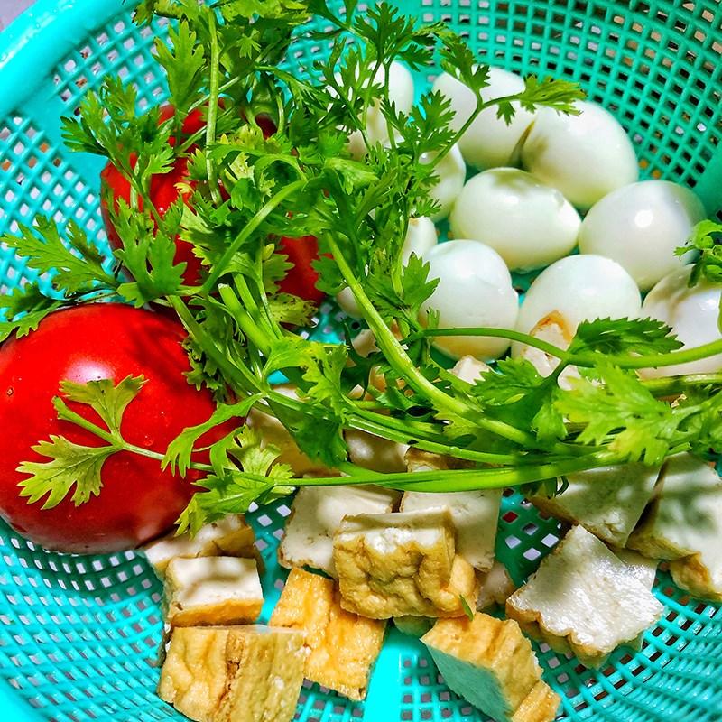 Bước 1 Sơ chế nguyên liệu Đậu hũ trứng cút sốt cà