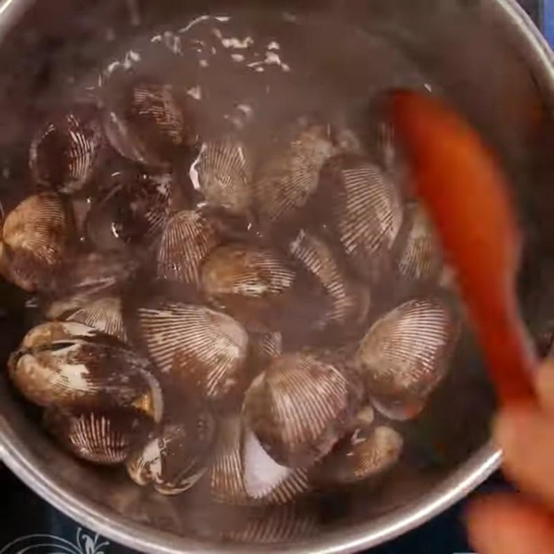 Bước 1 Sơ chế và luộc sò lông Sò lông xào chua ngọt