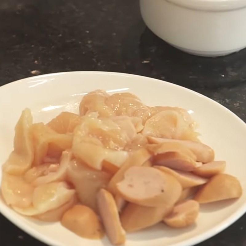 Bước 2 Cắt nhỏ ức gà và đổ trứng sữa vào khuôn Trứng hấp sữa