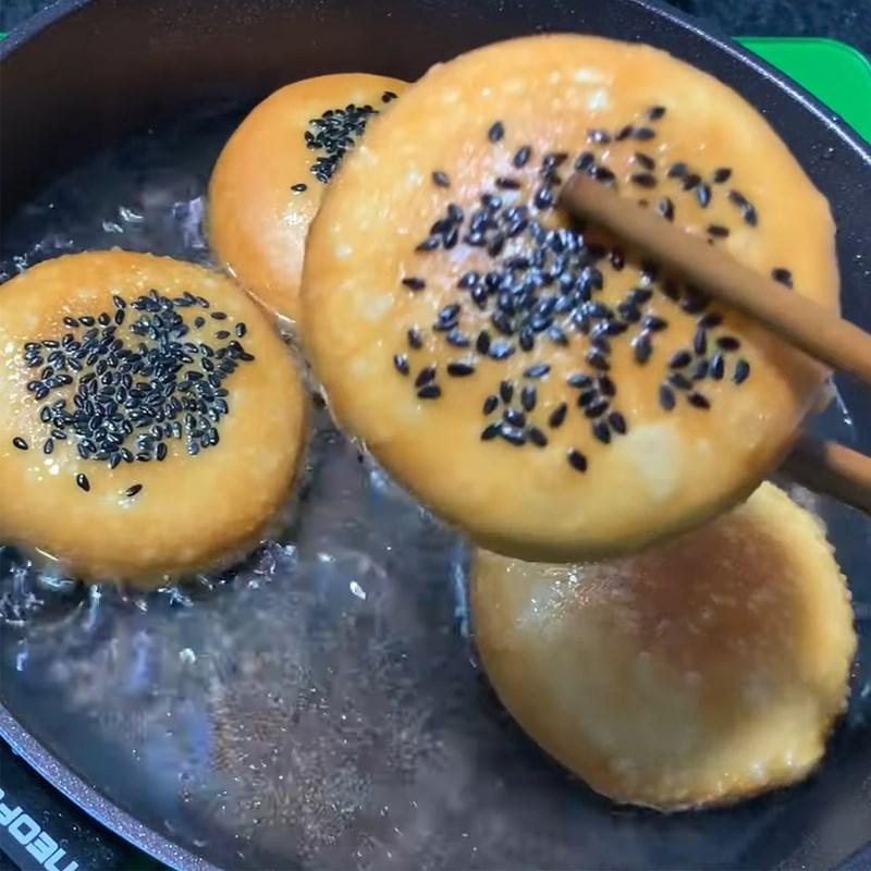 Bước 3 Chiên bánh nếp cốt dừa Bánh nếp cốt dừa chiên