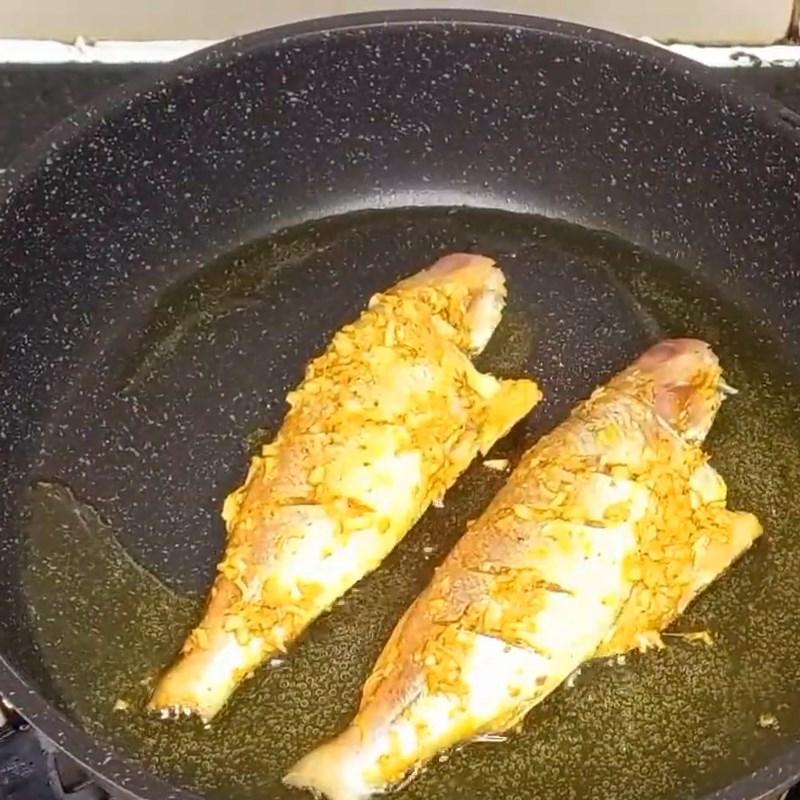 Bước 3 Chiên cá Cá hường chiên sả ớt khô