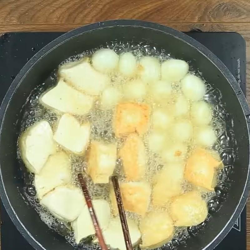Bước 3 Chiên đậu hũ và trứng Trứng cút chiên kho đậu hũ