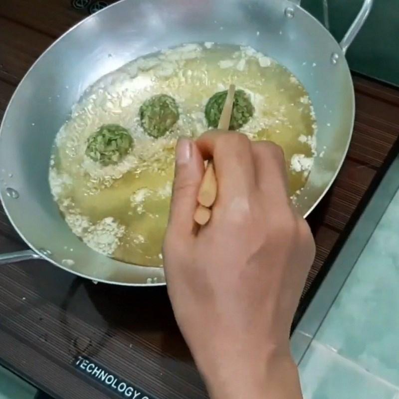 Bước 4 Chiên trứng cút bọc cốm Trứng cút chiên cốm xanh
