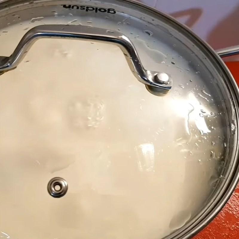 Bước 3 Cho nước sôi vào hỗn hợp sữa chua Sữa chua chanh dây (chanh leo) bịch