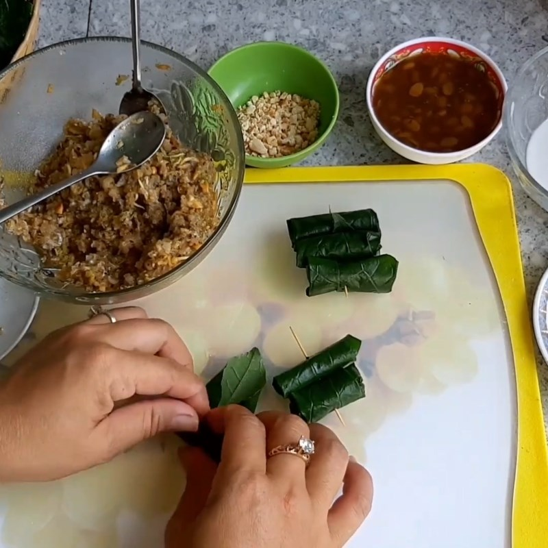 Bước 4 Cuốn ếch với lá lốt Chả ếch cuộn lá lốt nướng