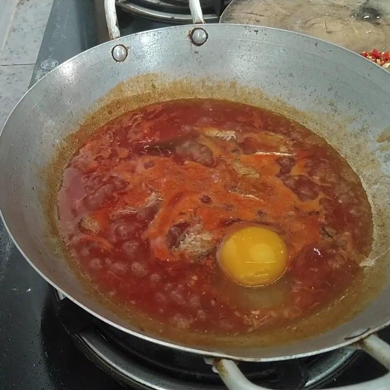 Bước 2 Hoàn thành Cá mòi kho trứng ốp la