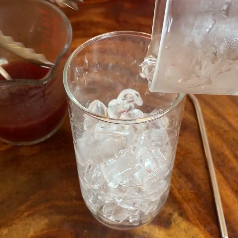 Bước 2 Hoàn thành Soda nước ép phúc bồn tử (quả mâm xôi)