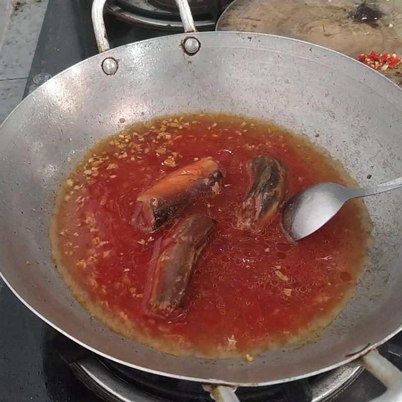 Bước 1 Kho cá mòi Cá mòi kho trứng ốp la