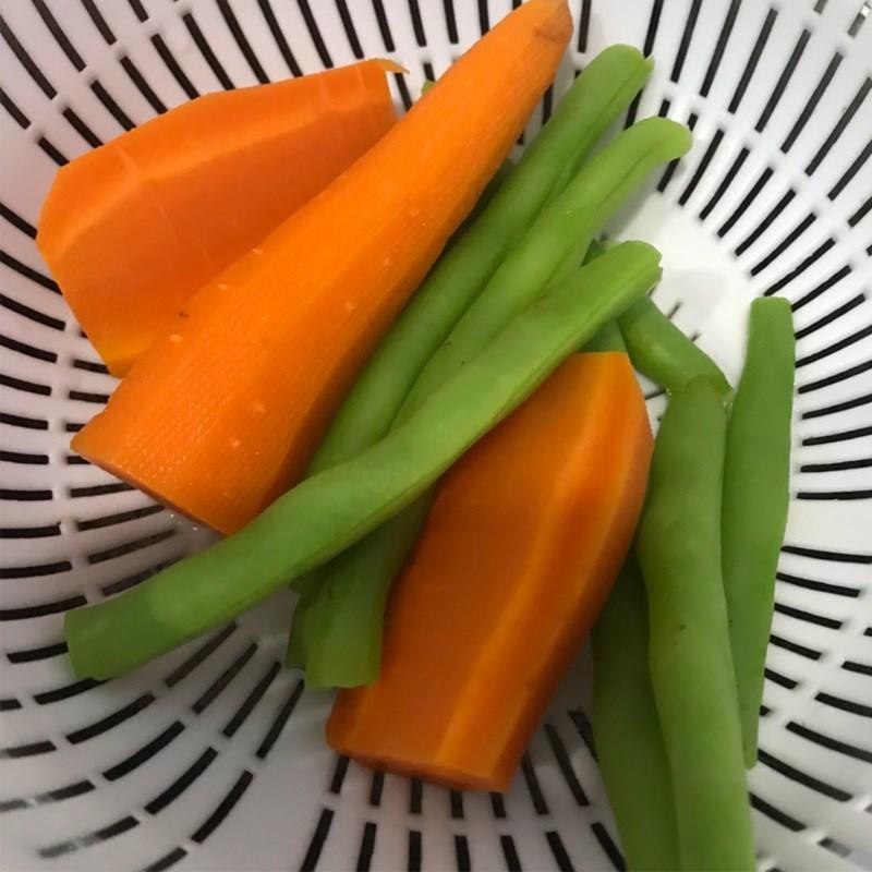 Bước 2 Luộc đậu que và cà rốt Cơm nắm rong biển rau củ