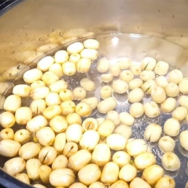 Bước 1 Luộc hạt sen Chè chôm chôm hạt sen