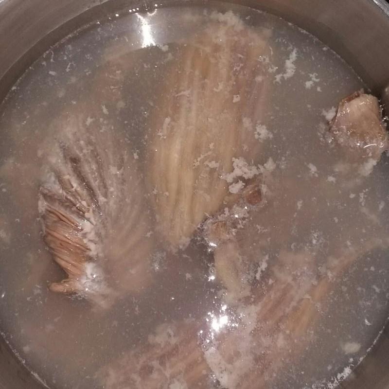 Bước 2 Luộc sơ bao tử cá Bao tử cá ngừ xào sa tế
