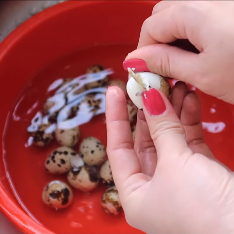 Bước 1 Luộc trứng cút Cá mòi hộp kho trứng cút
