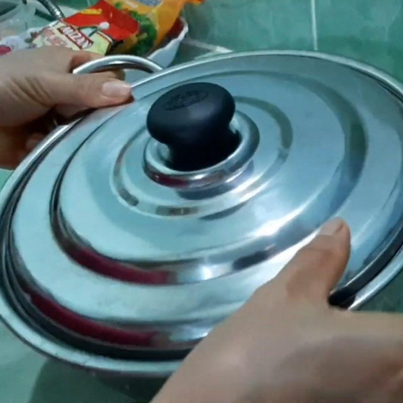 Bước 1 Luộc và bóc vỏ trứng cút Trứng cút chiên cốm xanh
