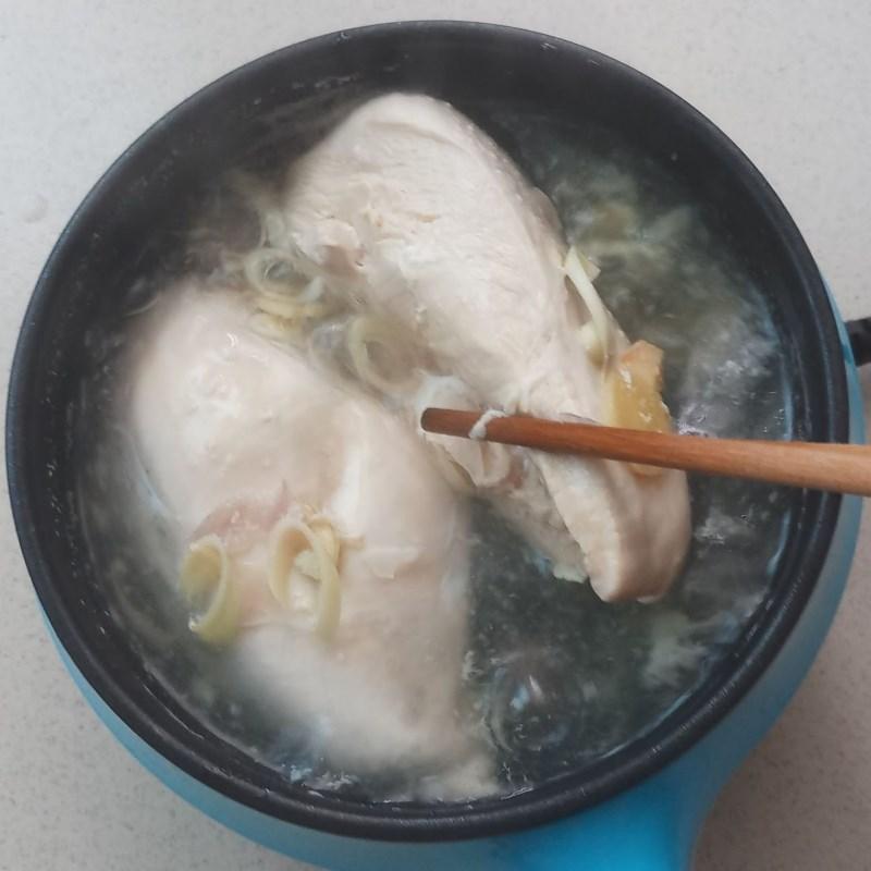 Bước 4 Luộc và xé thịt ức gà Gỏi ức gà