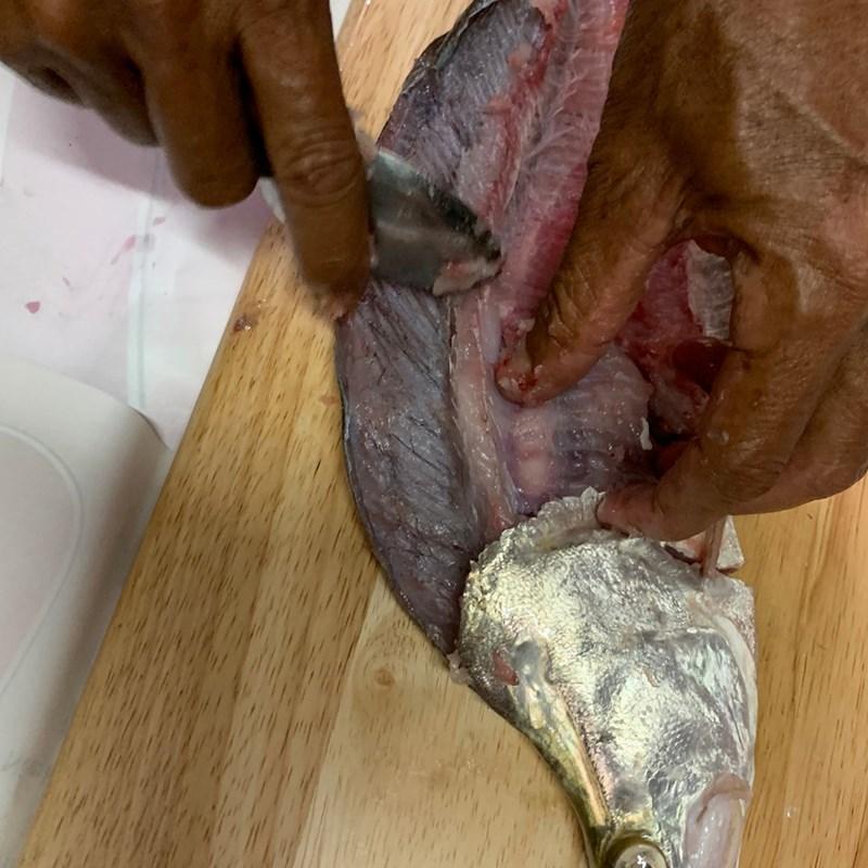 Bước 1 Nạo và ướp chả cá Canh chua cá thác lác