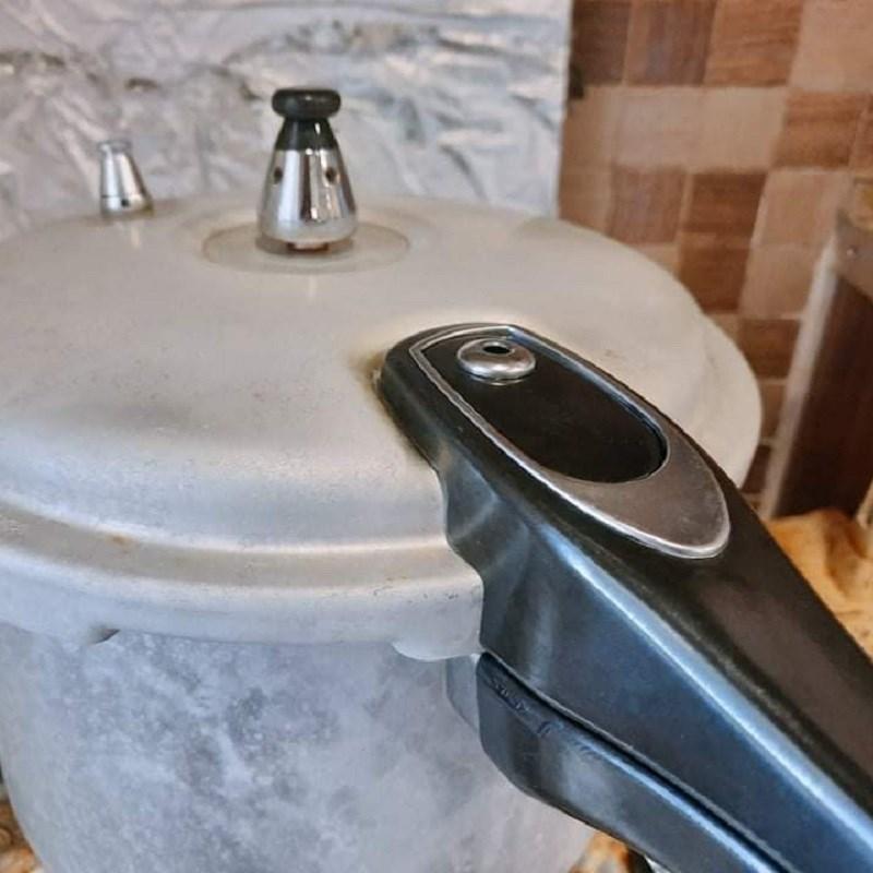 Bước 2 Ninh đậu Chè đậu đỏ bột báng nước cốt dừa bằng nồi áp suất