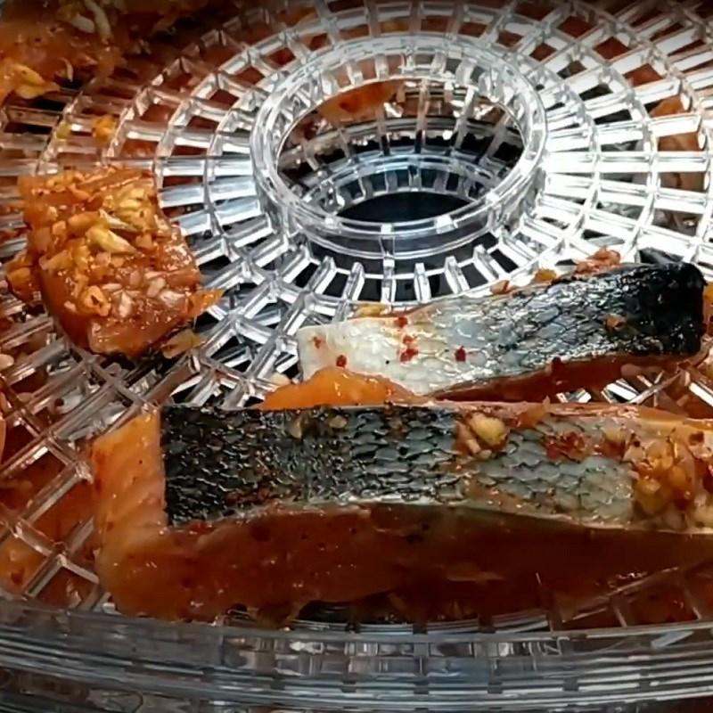 Bước 3 Sấy cá Khô cá hồi làm bằng lò sấy