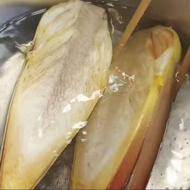 Bước 1 Sơ chế các nguyên liệu Hoa chuối kho cà