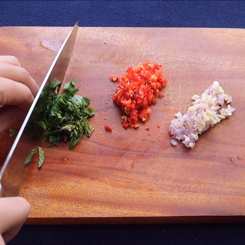 Bước 2 Sơ chế các nguyên liệu còn lại Cá mòi hộp kho trứng cút