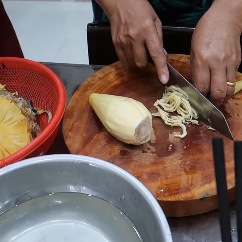 Bước 2 Sơ chế các nguyên liệu khác Canh chua cá úc lá me non
