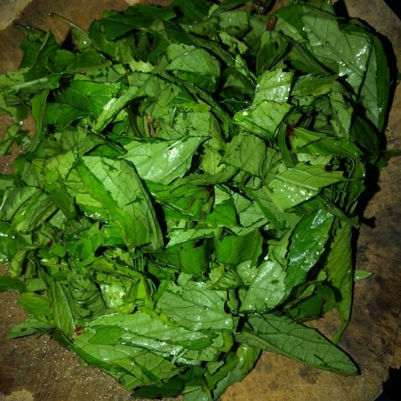 Bước 2 Sơ chế các nguyên liệu khác Canh lá rau chua cá trê