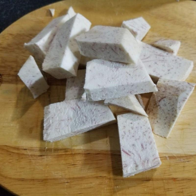 Bước 2 Sơ chế các nguyên liệu khác Canh đuôi heo hầm khoai môn