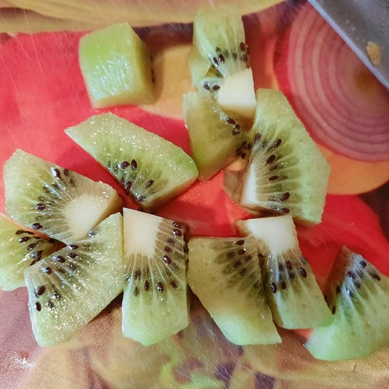 Bước 1 Sơ chế kiwi Mojito kiwi không cồn