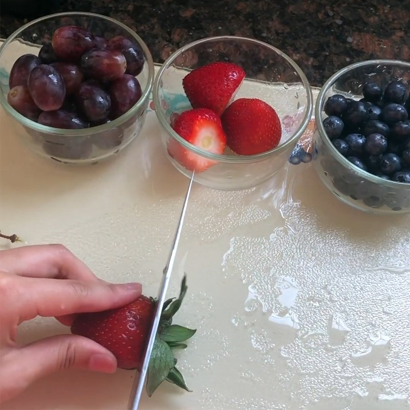 Bước 1 Sơ chế nguyên liệu Sinh tố nho đỏ dâu việt quất