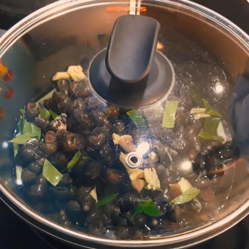 Bước 1 Sơ chế ốc Lẩu ốc chuối đậu