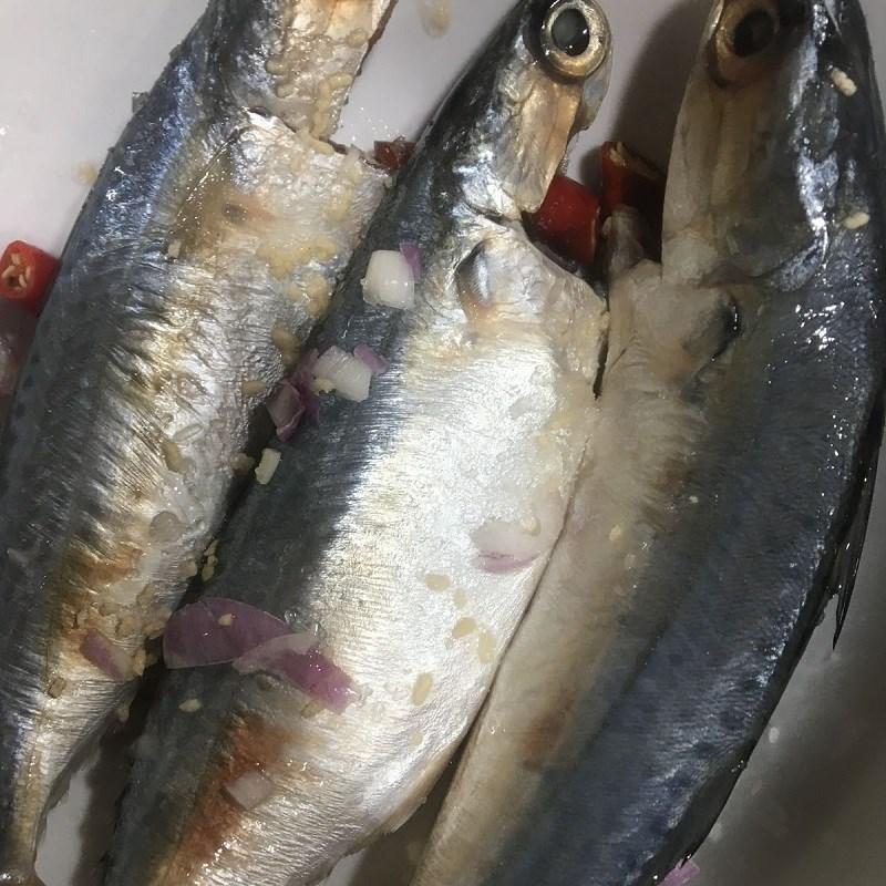 Bước 1 Sơ chế và ướp cá Canh chua cá bạc má măng chua