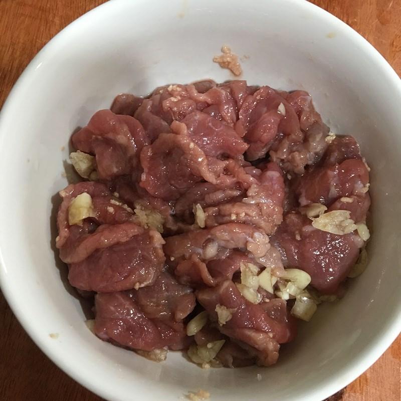 Bước 1 Sơ chế và ướp thịt bò Canh rau dền thịt bò