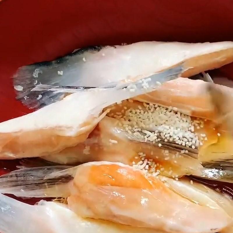 Bước 1 Sơ chế và ướp vây cá hồi Vây cá hồi nướng mắm tỏi