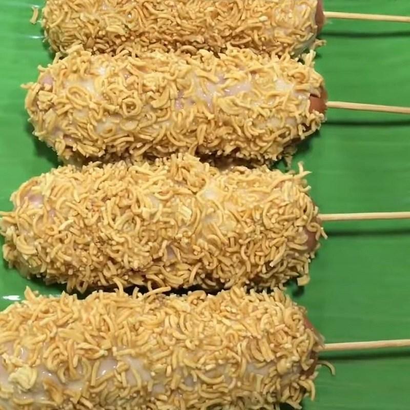 Bước 3 Tẩm bột và phủ mì tôm xúc xích Xúc xích chiên mì tôm