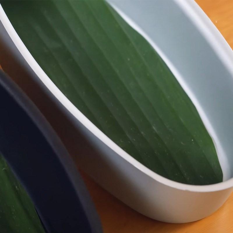 Bước 1 Chuẩn bị lá chuối và khuôn Bánh bông lan chuối hấp