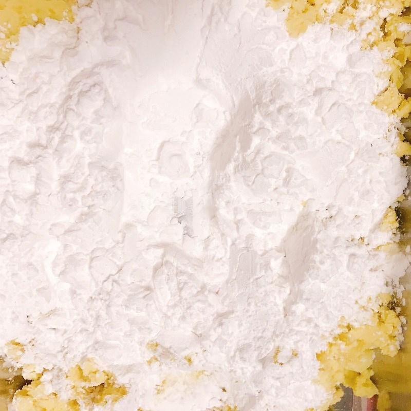 Bước 2 Trộn bột và tạo hình bánh Bánh khoai lang chiên phồng