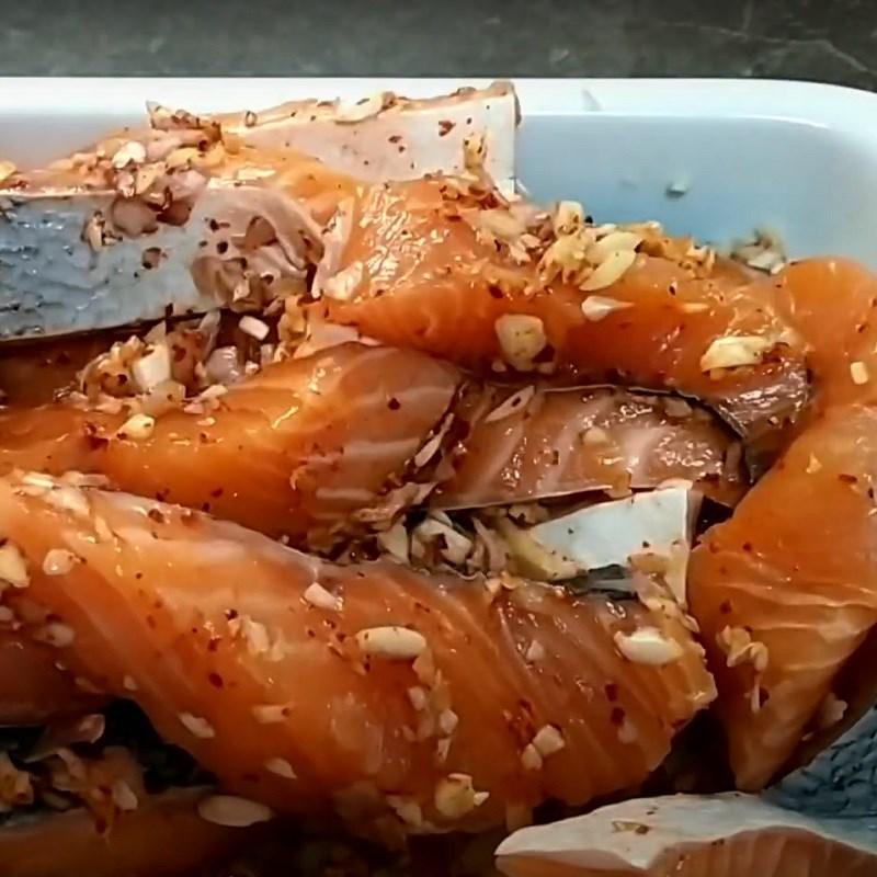 Bước 2 Ướp cá Khô cá hồi làm bằng lò sấy