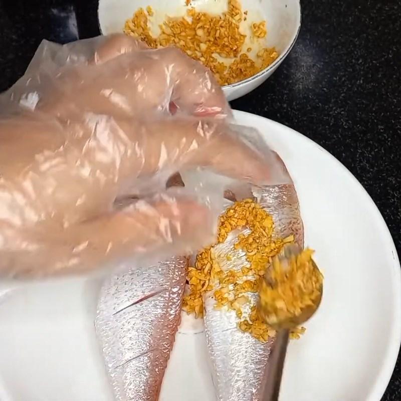 Bước 2 Ướp cá Cá hường chiên sả ớt khô