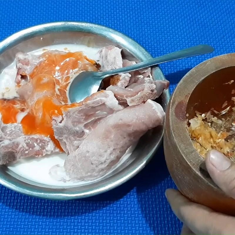 Bước 2 Ướp sườn cốt lết Sườn cốt lết rim sữa tươi