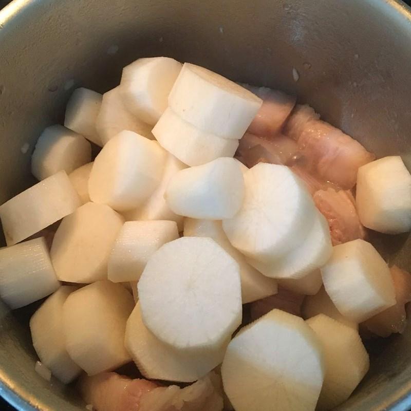 Bước 3 Kho thịt với củ cải Thịt ba chỉ kho củ cải trắng không cần nước màu