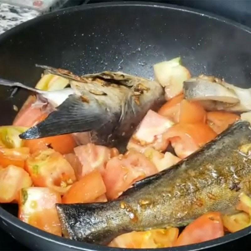 Bước 3 Chiên cá và cà chua Cá bớp nấu ngót