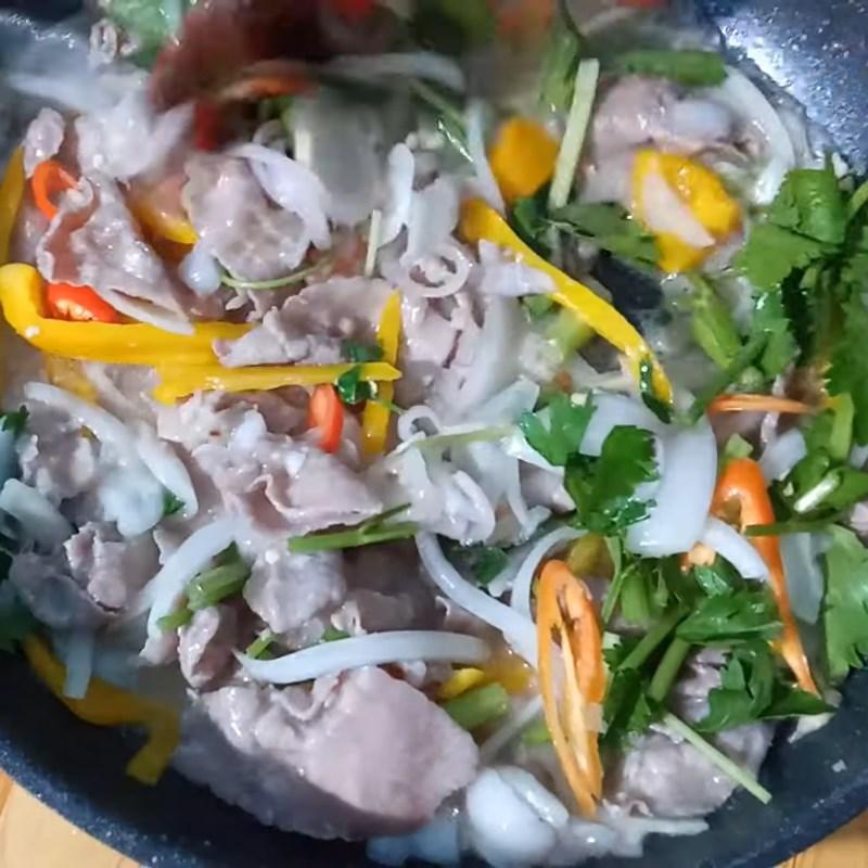 Bước 3 Xào thịt bò với các nguyên liệu Thịt bò xào chôm chôm